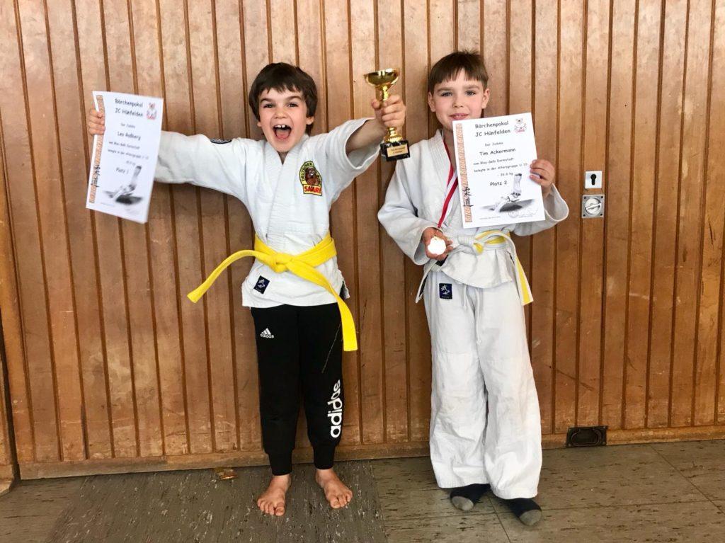 Leo und Tim freuen sich über Ihre Medaille bzw. Pokal