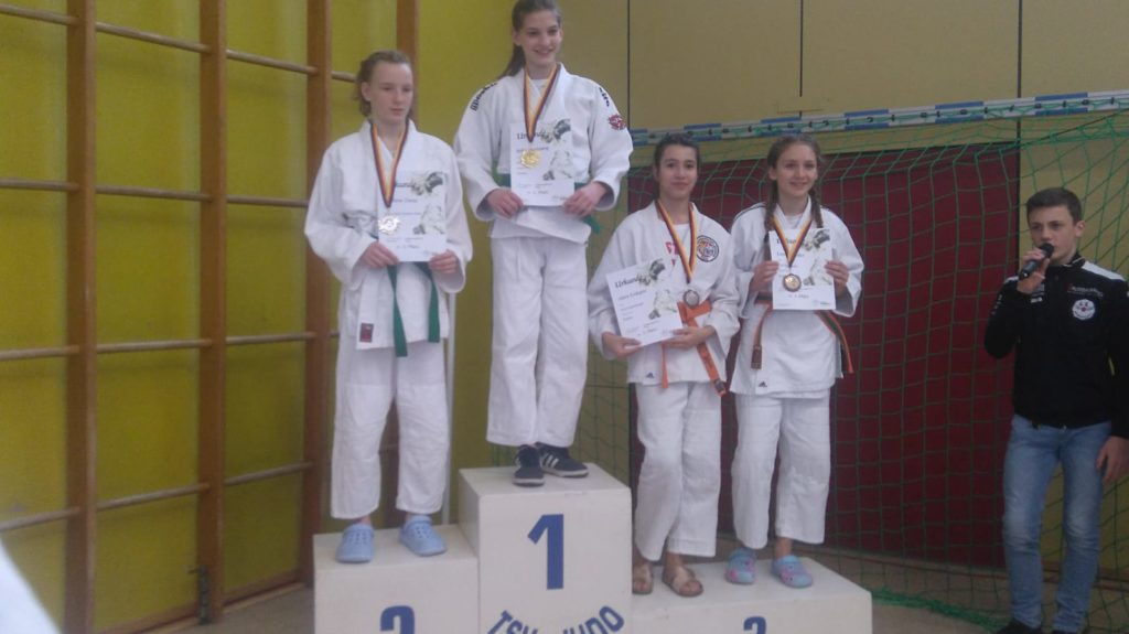 Alara ( zweite von rechts) gewinnt Bronze